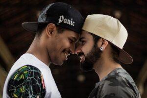 Photographie De Mise Au Point Sélective De Deux Hommes Souriants Face à Face